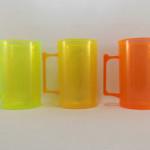 Canecas fluorescentes verde, amarela e laranja