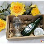 Caixinha de MDF com copo de vidro, abridor de garrafa e garrafa de cerveja